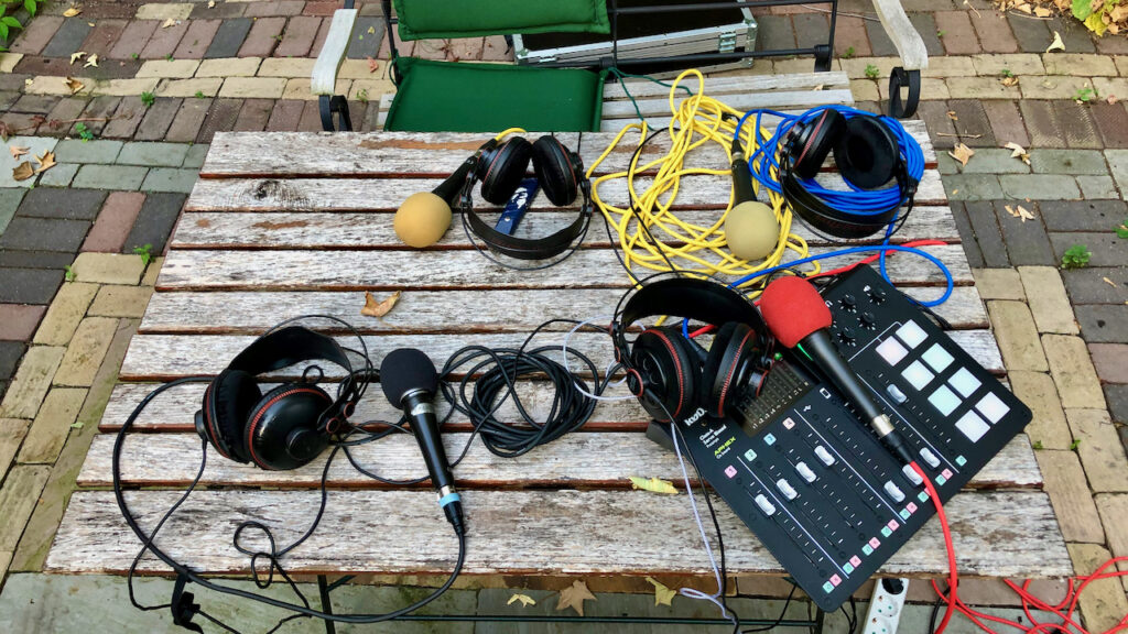 Ein Tisch mit dem kompletten Podcast Setup
